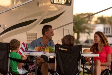 Familie im Camper-Urlaub
