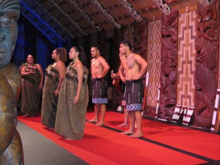 Maori-Vorführung im Versammlungshaus «Te Whare Runanga»