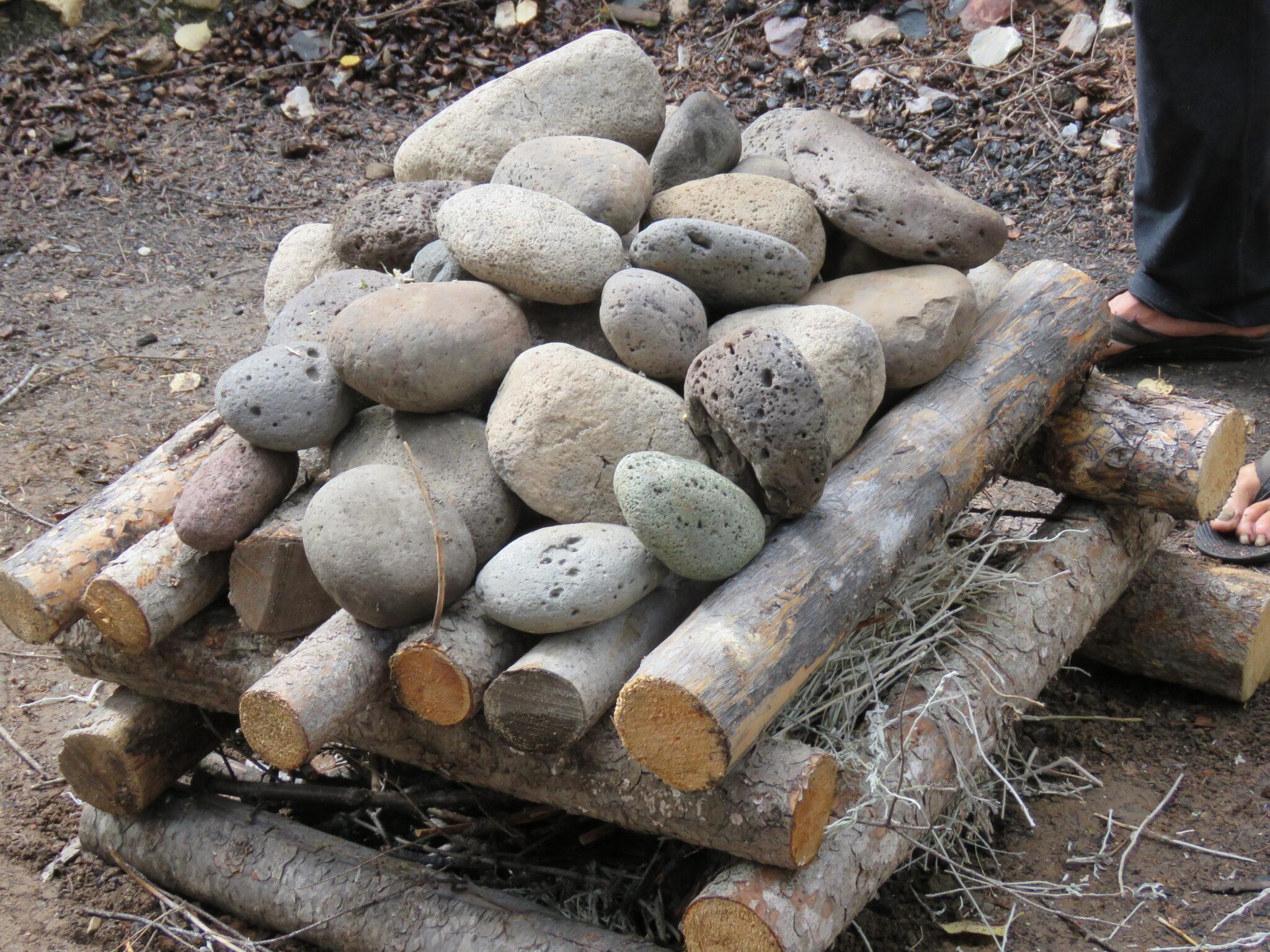 Alle 32 Steine sind auf der Feuerstelle - Schwitzhütte Kanada
