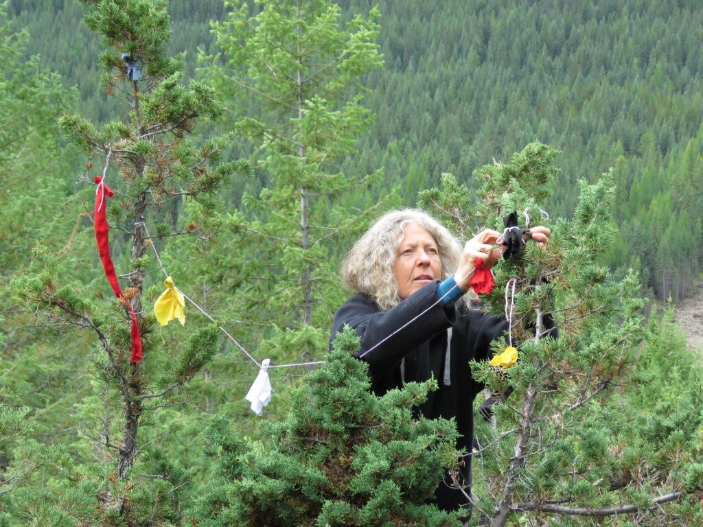Suzanne hängt ihre Wünsche auf - Nadtive Rituals Kootenay NP